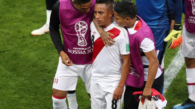 Cueva é ofendido durante voo por pênalti perdido na Copa do Mundo