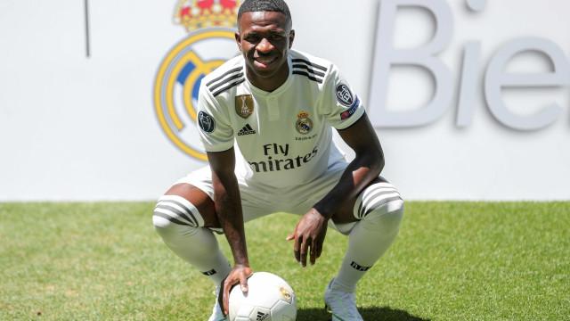 Vinícius Jr. assina contrato e é apresentado pelo Real Madrid