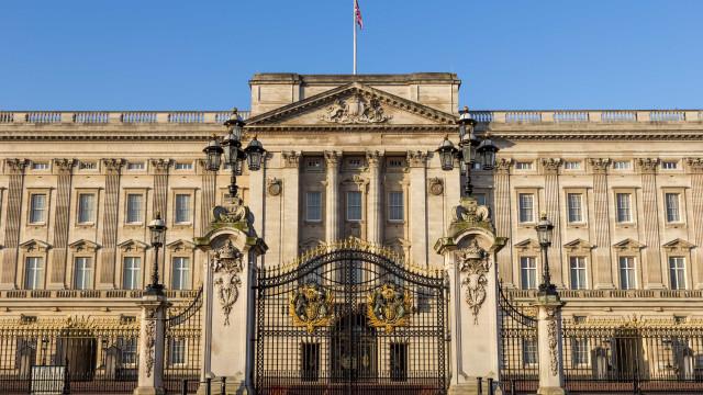 Palácio de Buckingham abre exposição com manto de Napoleão