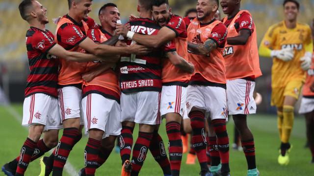 Flamengo bate o Botafogo e garante liderança