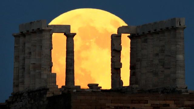 Veja as melhores imagens do eclipse lunar mais longo do século