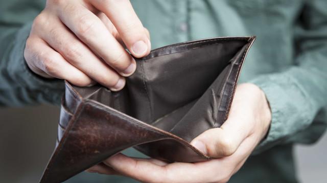 Quase dois terços dos brasileiros recorrem a 'bicos' para fechar contas