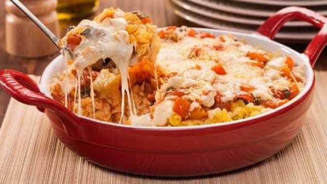 Almoço fácil e saboroso: parafuso gratinado no molho de tomate