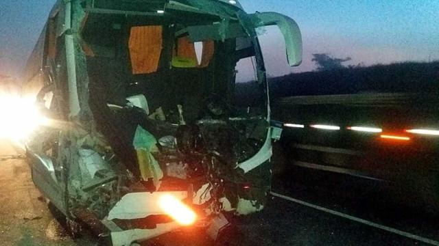Acidente com ônibus de alunos da USP e carreta deixa 17 feridos