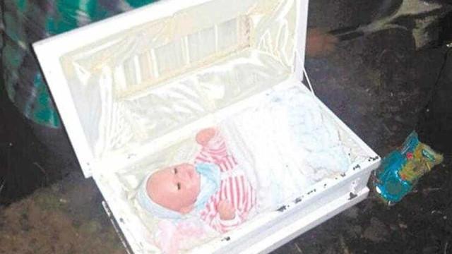 Pai exuma corpo do filho e descobre que esposa enterrou boneca
