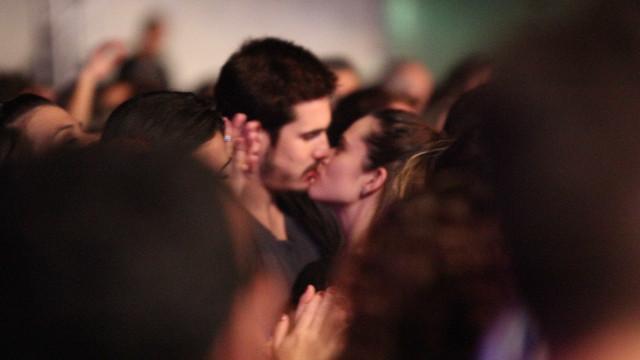 Juliana Paiva e Nicolas Prates trocam beijos e sobem temperatura no RJ