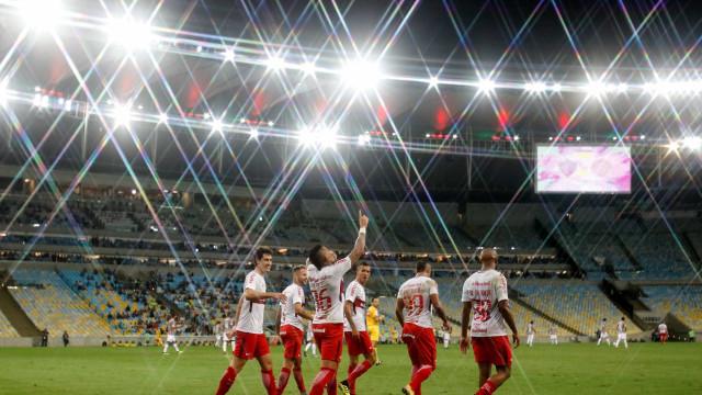 Inter aproveita falhas e atropela o Fluminense no Maracanã