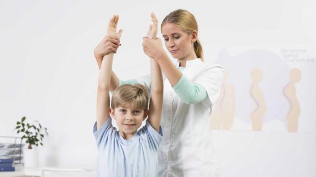 Dor na idade adulta pode ser consequência de má postura na infância