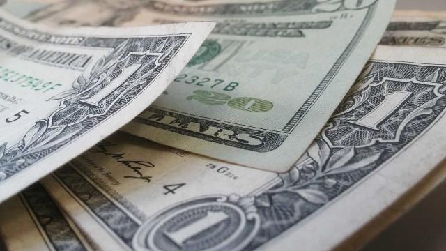 Dólar mantém alta e fecha em R$ 4,06 após divulgação de pesquisa