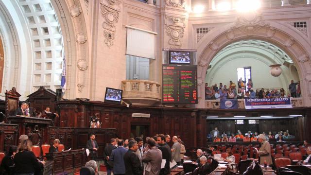 Deputados confirmam reajustes e põem em risco recuperação fiscal do Rio