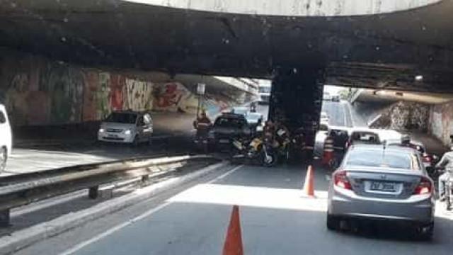 Caminhão entala em túnel na Paulista e complica trânsito em SP