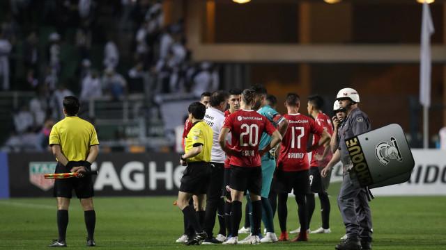 Sob protesto e tentativa de invasão, Santos é eliminado da Libertadores