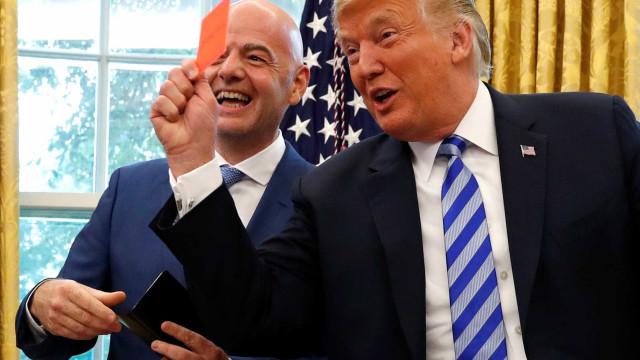 Com 'cartão vermelho' à imprensa, Trump recebe presidente da FIFA