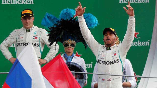 Hamilton é xingado em Monza e responde: 'Ninho de cobras'