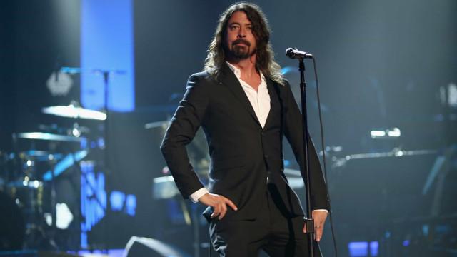 Dave Grohl perde a voz, cancela shows e brinca com Bono