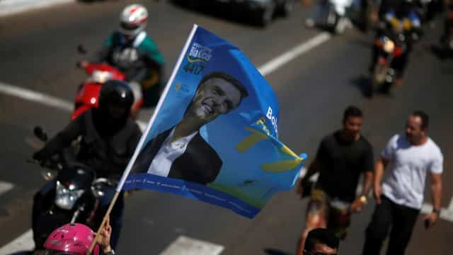 Público de desfile militar no Rio exibe cartazes de apoio a Bolsonaro