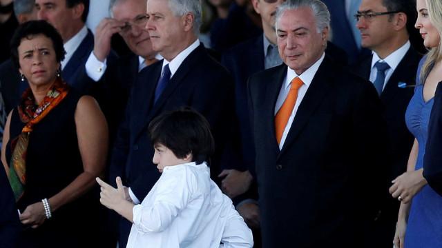 Filho de Temer faz gesto imitando arma durante desfile de 7 de setembro
