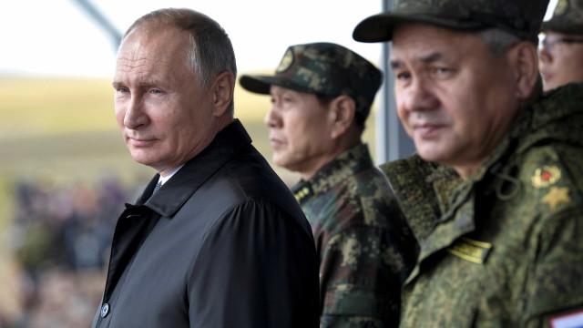 Putin assiste a manobras militares e diz que 'ama a paz'