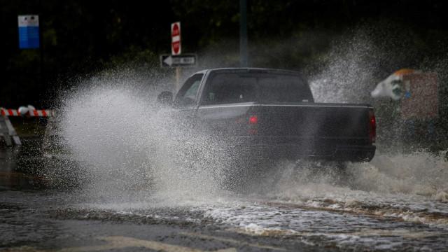 Furacão Florence chega à costa leste dos EUA com ventos de até 150 km/h