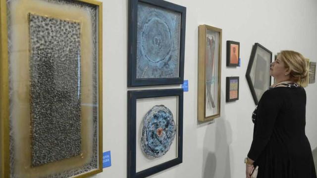 Materiais descartados viram arte em exposição no Rio