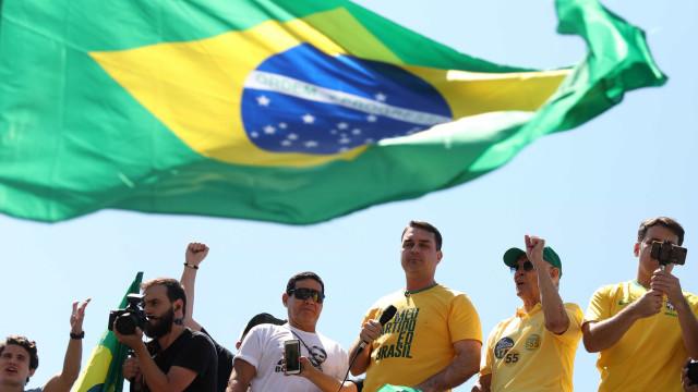 De colete, filho de Bolsonaro diz a eleitores que pai voltará em breve