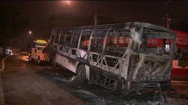Grupo incendeia ônibus em Diadema