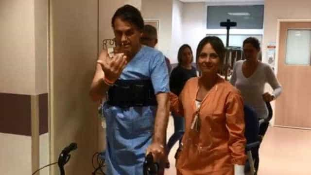 Em vídeo, Bolsonaro anda pelo hospital e brinca com equipe médica