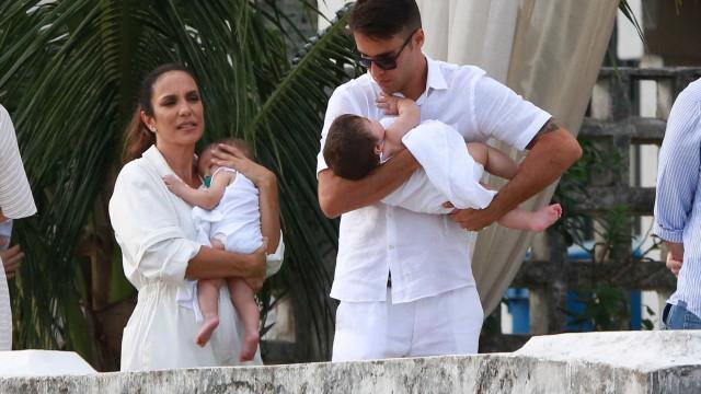 Ivete Sangalo faz batizado das filhas gêmeas em igreja de Salvador