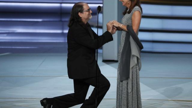 Diretor do Oscar faz pedido de casamento no palco do Emmy