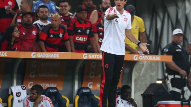 Fla e Vasco empatam com gol contra e ambulância empurrada por atletas