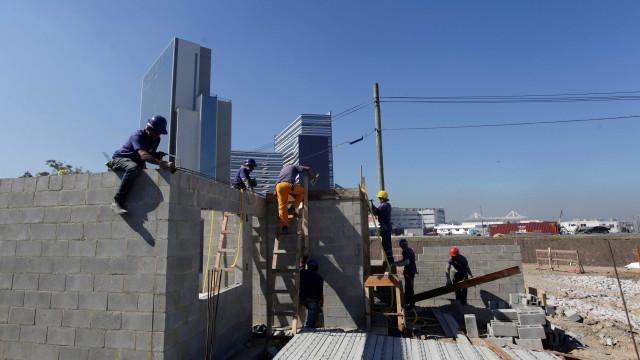 Construção demite 195 mil empregados em um ano, diz IBGE