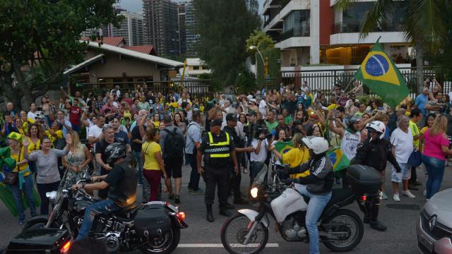 No Rio, apoiadores de Bolsonaro hostilizam equipe de TV da Globo