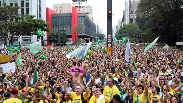 Defensores de Bolsonaro promovem atos de apoio pelo país; fotos
