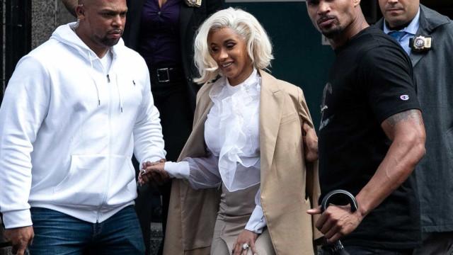 Cardi B se entrega à polícia após ser acusada de ataque em bar de strip