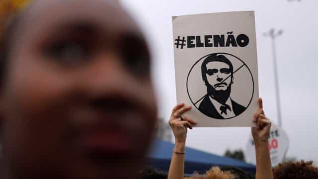 Professora causa polêmica ao passar redação sobre movimento #EleNão