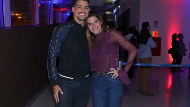 Cauã e Mariana Goldfarb reatam namoro e posam em Arraial do Cabo