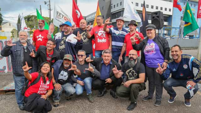 Militantes comemoram aniversário de Lula na porta da PF em Curitiba