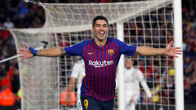 Com três de Suárez, Barcelona goleia e afunda Real Madrid na crise