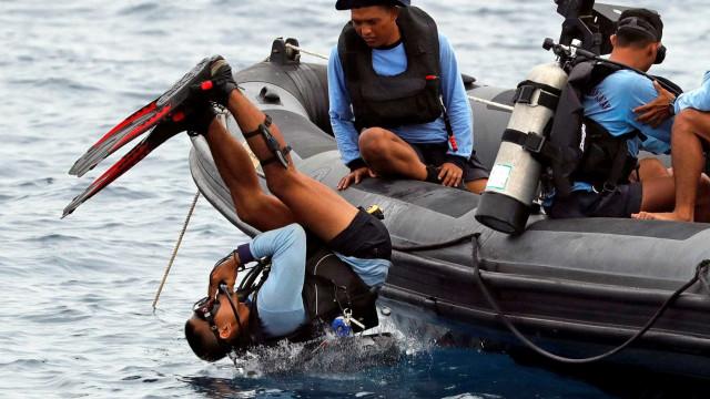 Indonésia envia mergulhadores em busca de caixas-pretas de avião no mar