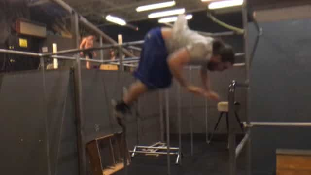 Ginasta escorrega de barra e se machuca durante exercício