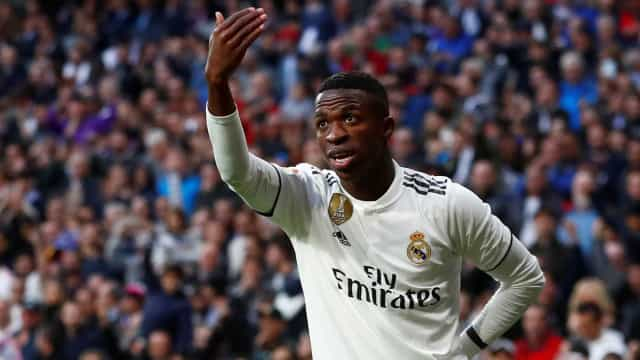 Vinícius Júnior sai do banco e salva Real Madrid contra time de Ronaldo