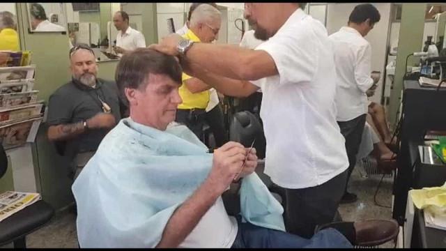 Escoltado pela PF, Bolsonaro fez segundo corte de cabelo em 2 dias