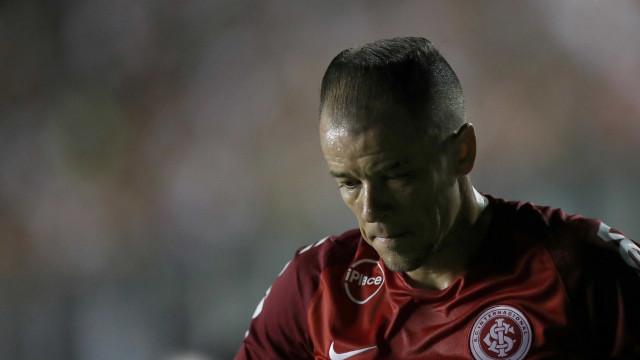 Inter vira sobre Atlético-PR com pênalti nos acréscimos e é vice-líder