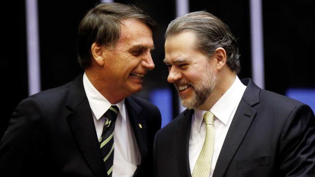 Em Brasília, Bolsonaro ouve recados de Dodge e afaga presidente do STF