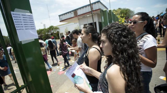 Enem 2018: portões são fechados; estudantes terão 5h para fazer prova