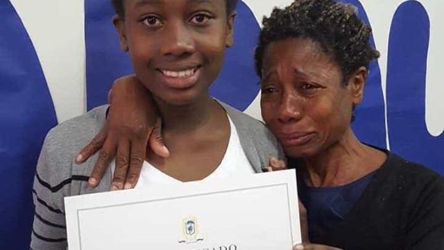 Mãe vai às lágrimas com bom desempenho da filha na escola; confira