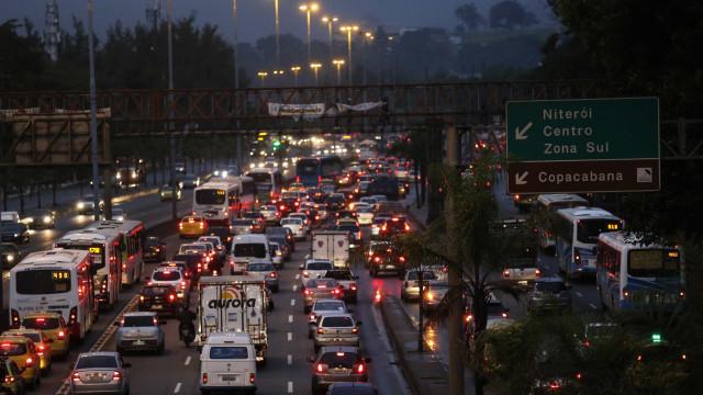 Bandidos fazem arrastão em rodovia no Rio e levam pânico a motoristas