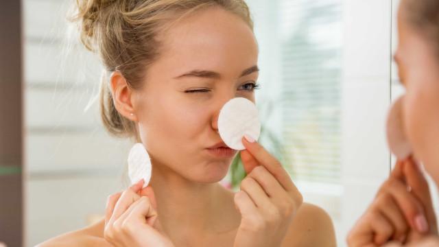 Dormir de maquiagem faz pele envelhecer precocemente e pode cegar