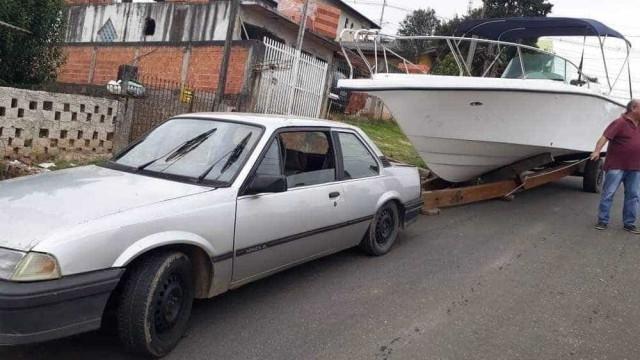 Homens furtam lancha, mas carro não aguenta peso na fuga
