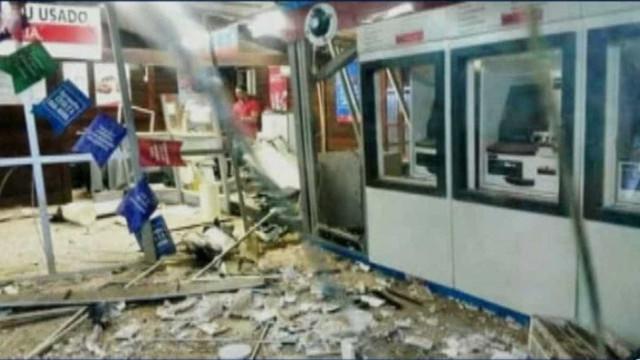 Bandidos assaltam banco, incendeiam viaturas e causam pânico no MA